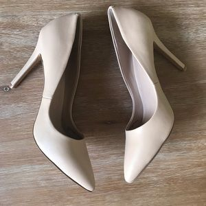 Pointed toe pumps size 8.5 in nude